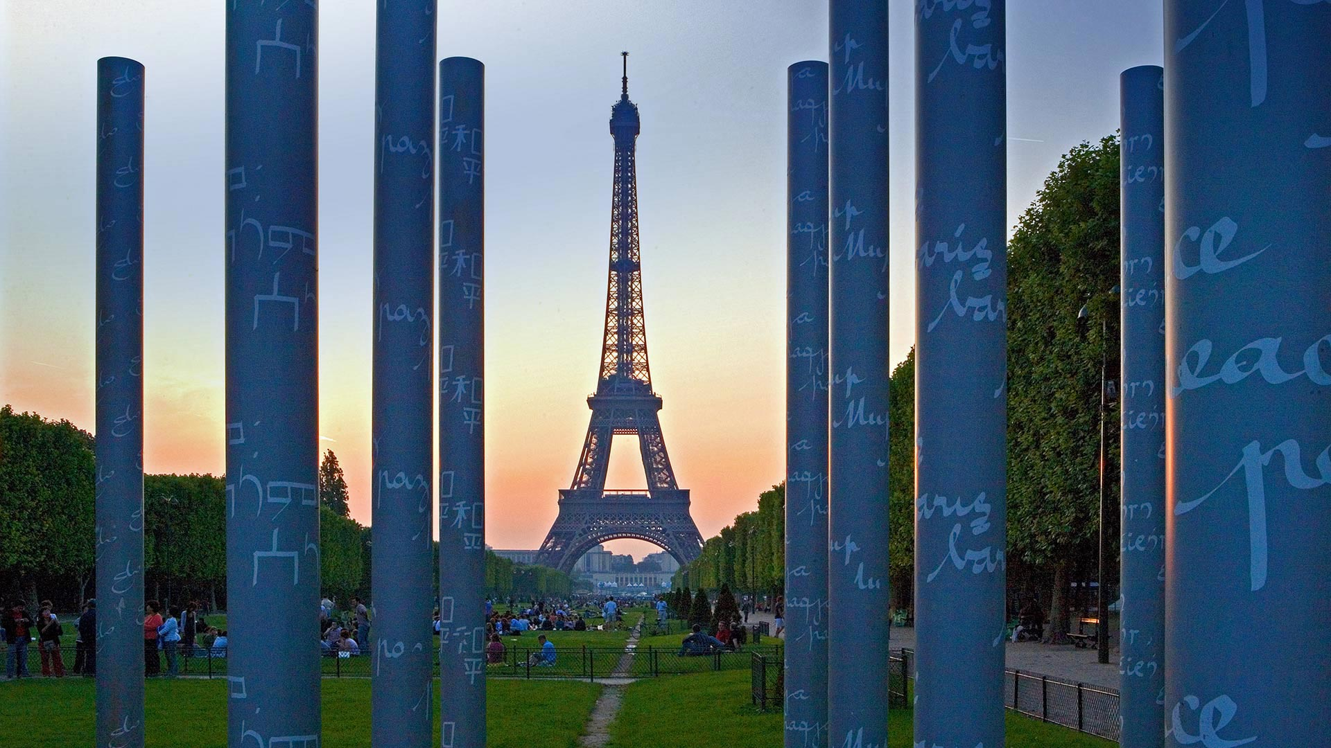 'The Wall for Peace' and the Eiffel Tower in Paris for the International Day of Peace (© Prisma by Dukas Presseagentur GmbH/Alamy)