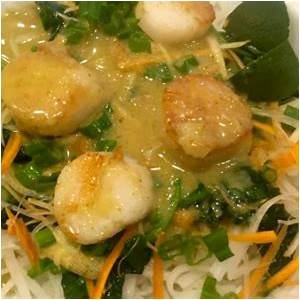 thai-curry-scallop-with-spinach-and-rice-noodle image