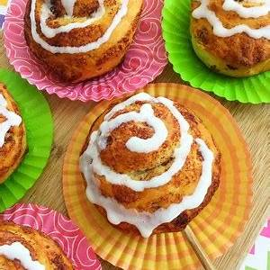 how-to-make-easy-cinnamon-roll-lollipops-this-ole-mom image