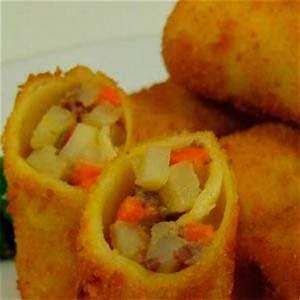 lelaki-memasak-rissole-indonesian-style-risoles image